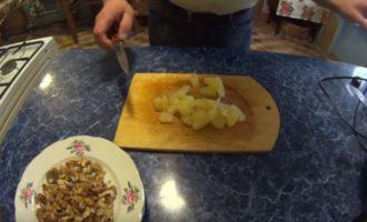 кусочки ананаса на доске