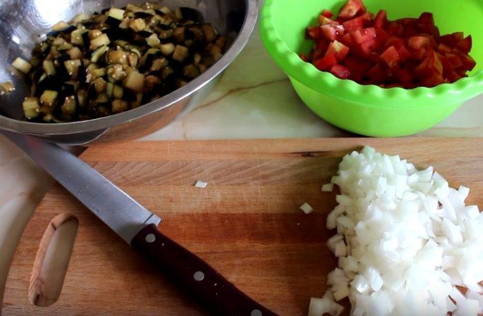Нарезанные баклажаны, помидор и лук