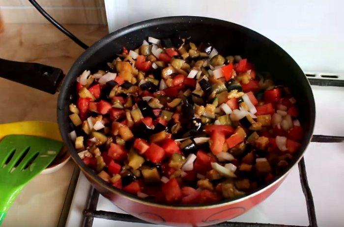 Баклажаны с помидорами и лукам на сковороде