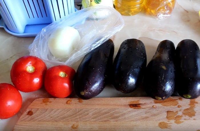 Баклажаны, помидоры и лук для рагу