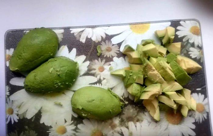 Чищенное и нарезанное авокадо