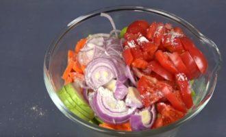 нарезанный лук, кабачки и помидоры в тарелке