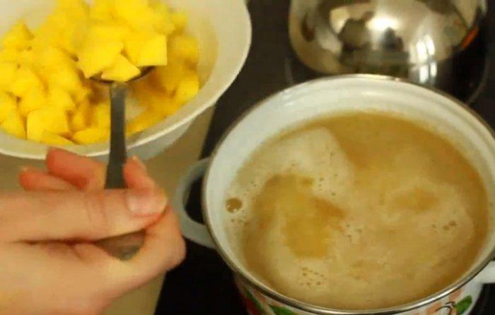 Добавляем картошку к гороху в кастрюлю