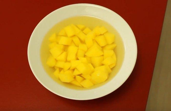 Картошка нарезанная кубиками и залитая водой
