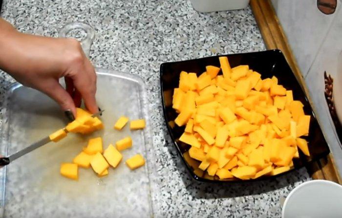 Кубики чищенной тыквы в тарелке