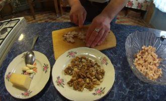 куриная грудка, сыр и грецкий орех в тарелке