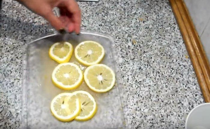 кольца лимона на разделочной доске