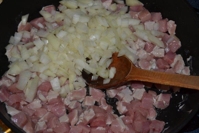 Лук и свинина в сковороде