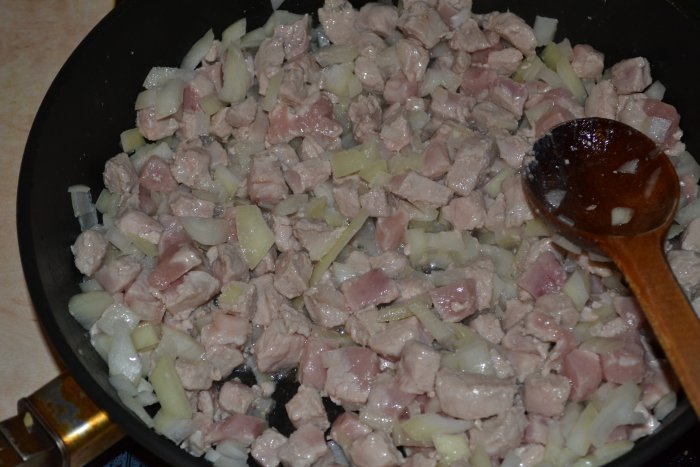 Обжаренный лук и свинина