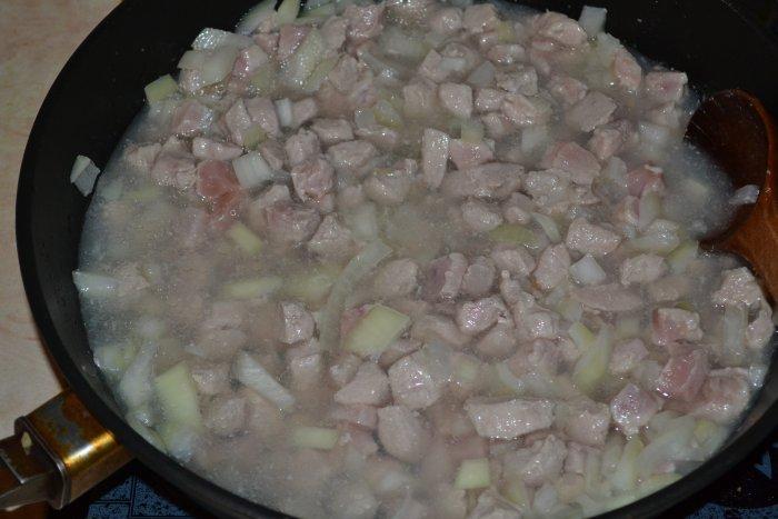 Тушим мясо свинины с луком