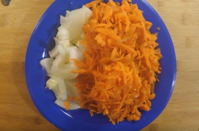 Нарезанный лук полукольцами и натертая морковь