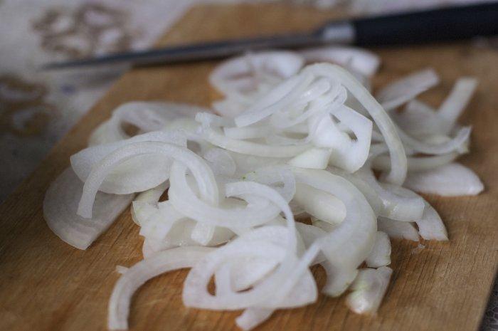 Лук нарезанный полукольцами для рагу