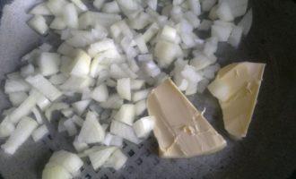 Репчатый лук и сливочное масло на сковороде