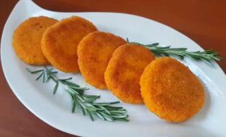 Пять морковных котлет на тарелке
