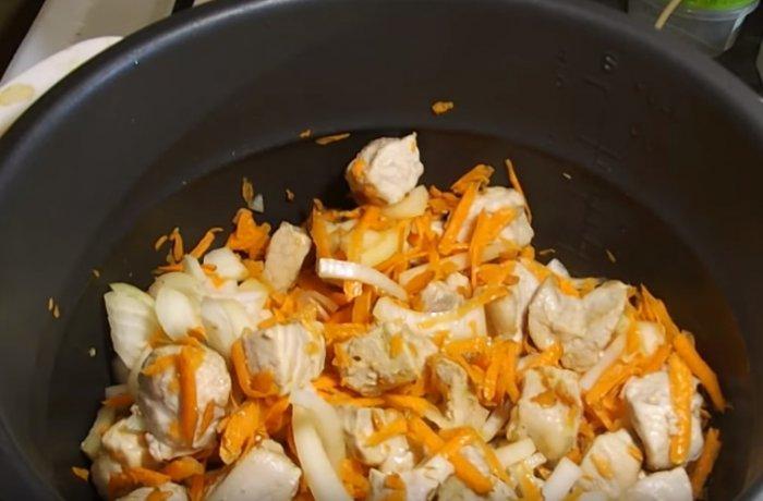 Обжариваем свиное мясо с луком и морковью