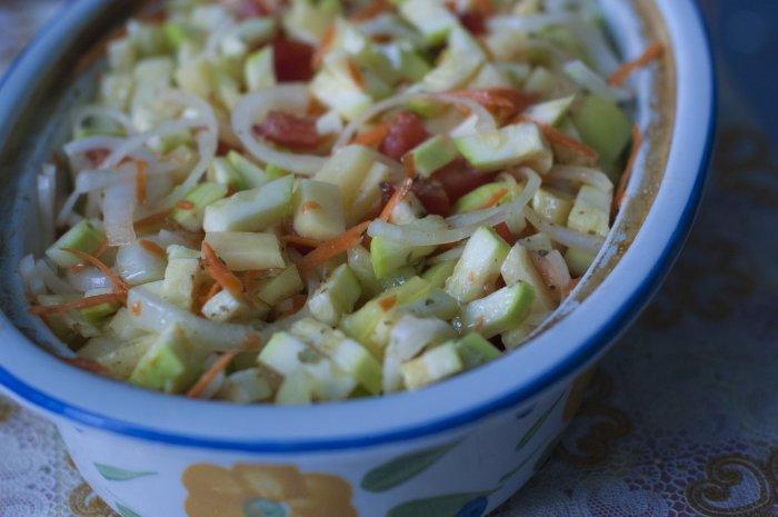 Нарезанные овощи в емкости для приготовления рагу