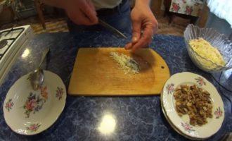 Мелко нарезанный чеснок на доске