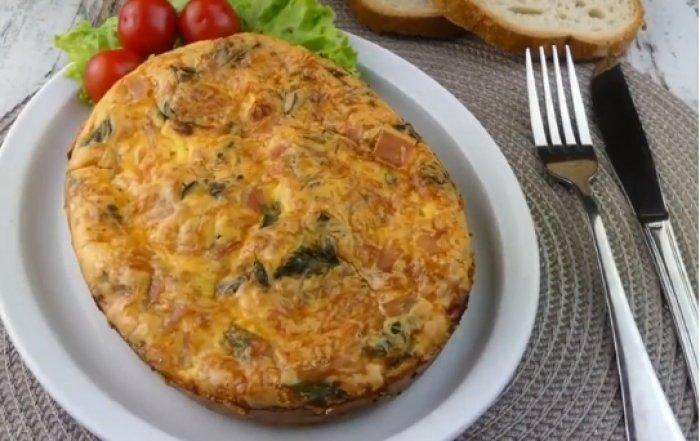 Омлет с беконом и сыром приготовленный в духовке