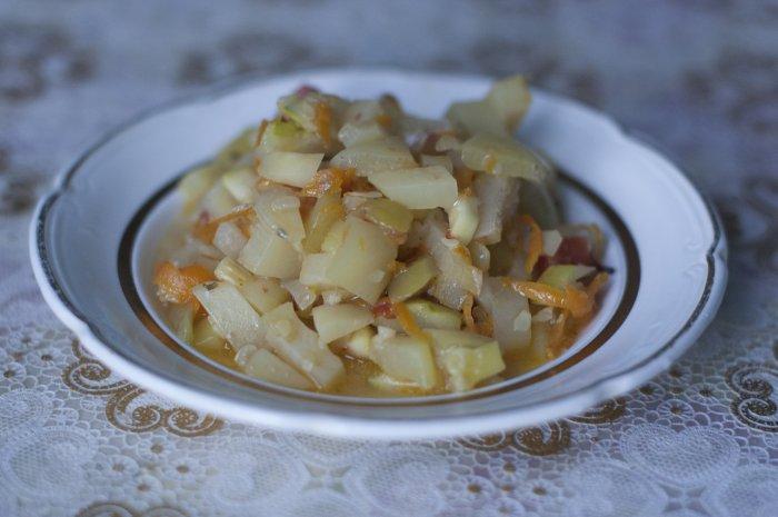 Овощное рагу в тарелке приготовленное в духовке