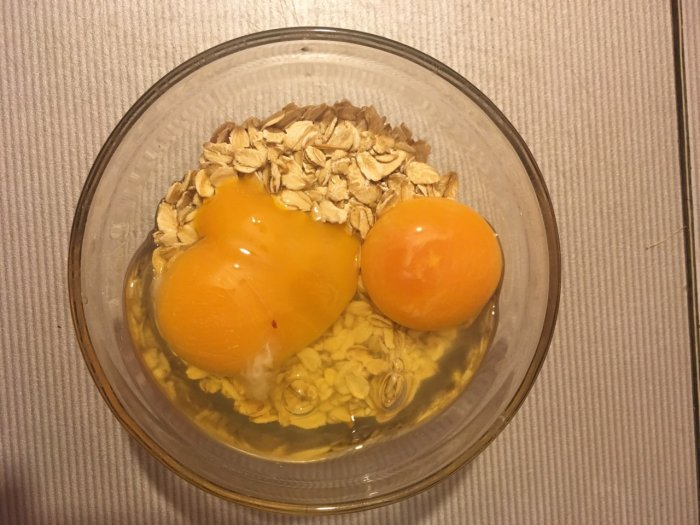 Овсянка и 2 разбитых яйца
