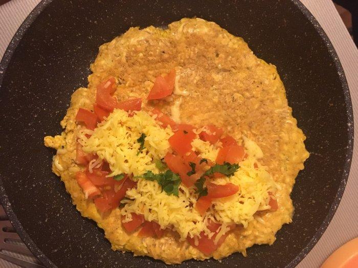 Овсяноблин в сковороде с сыром и помидором