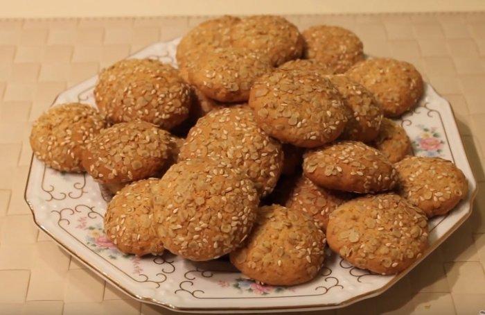Печенье из геркулеса на тарелке