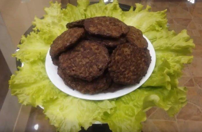 Вкусные печеночные оладьи из свиной печени на листьях салата