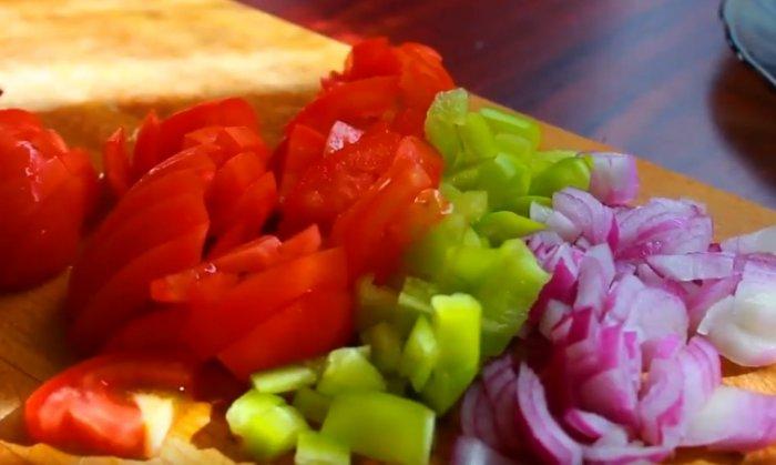 Нашинкованные овощи для приготовления омлета