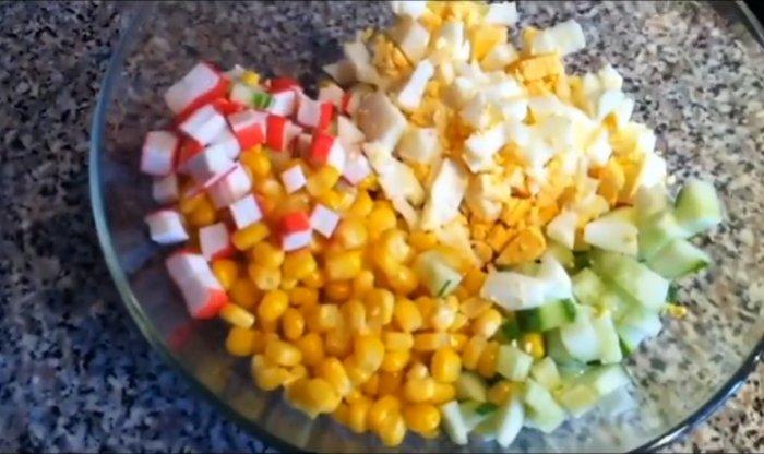 Нарезанный салат-коктейль с креветками