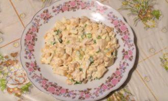 салат с курицей , ананасом и сыром