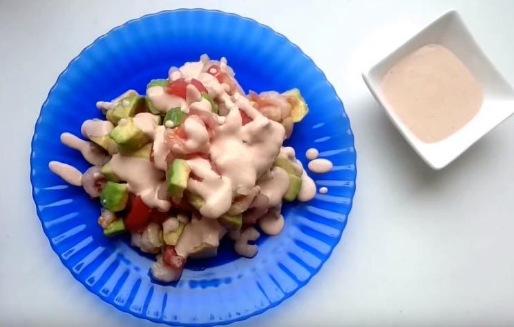 Готовый салат с креветок и авокадо залитый майонезным соусом