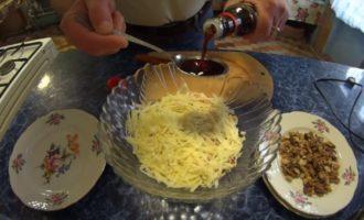соевый соус и салат из ананасов и курицы