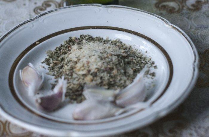 Соль , перец и чеснок в тарелке