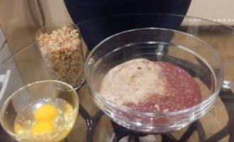 Фарш из свиной печени, лук и гречка в стакане