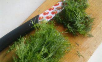 Укроп, нож и разделочная доска