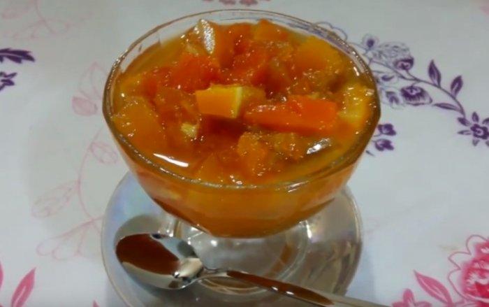 Варенье из яблок и тыквы в чашке с ложкой