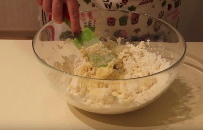 Взбивание теста для овсяного печенья из геркулеса