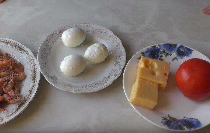 Креветки с сыром, яйцом и помидором