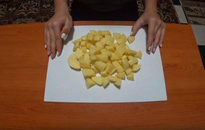 Куски картофеля нарезанные