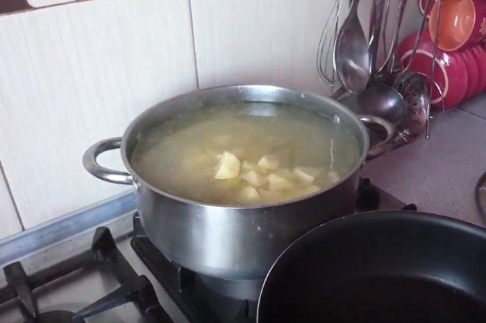 Варится картошка в кастрюле