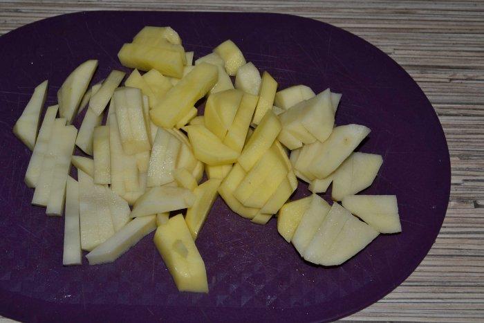 Нарезанная картошка для супа солянки