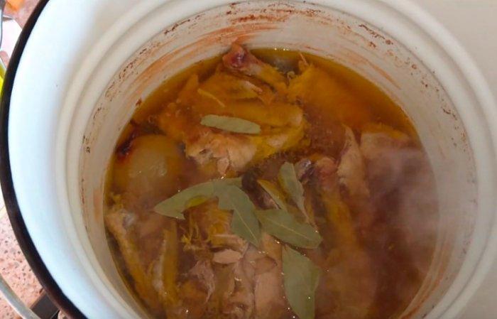 В курицу добавляем лавровый лист и перец