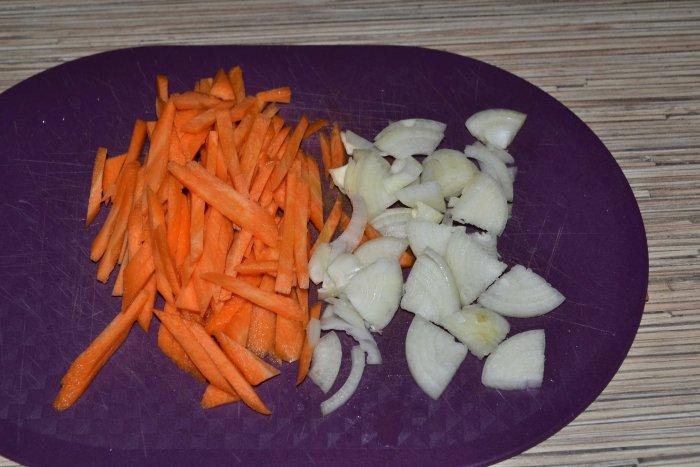 Лук и морковь нарезанная соломкой