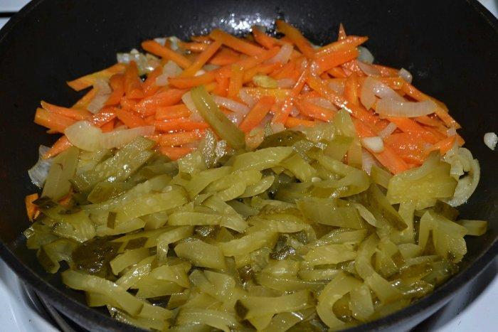 Морковь, лук и огурцы в сковороде
