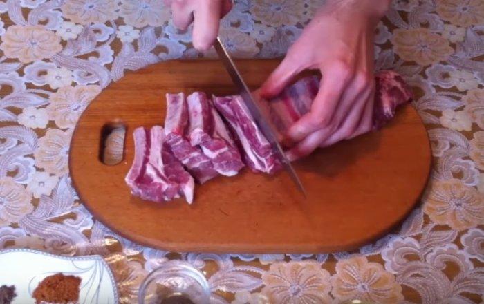 Нарезаем свиные ребрышки на кусочки