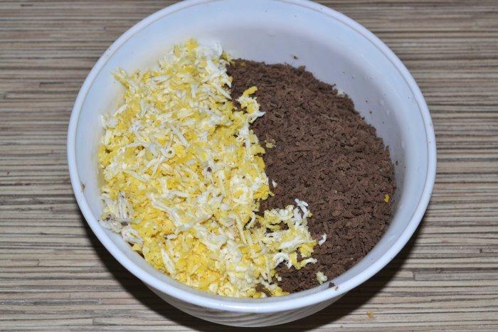 Натертые яйца и свиная печень в тарелке