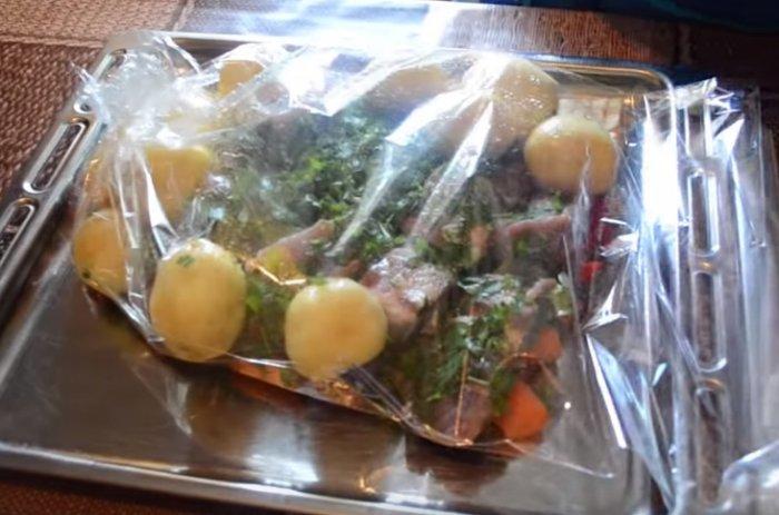 Овощи и свиные ребрышки в рукаве для запекания