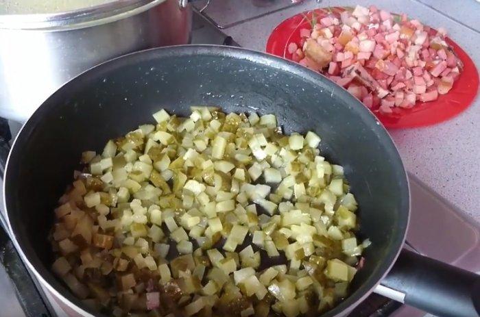 Огурчики в сковороде