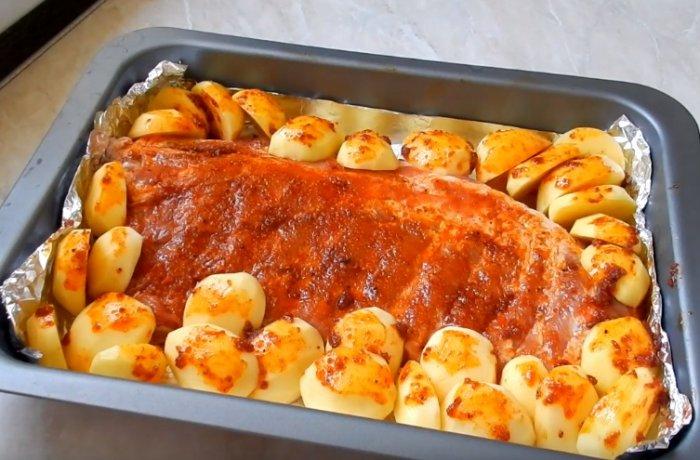 Свиные ребрышки с картошкой на противне с фольгой