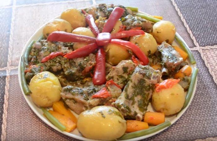 Свиные ребрышки запеченные с овощами в духовке